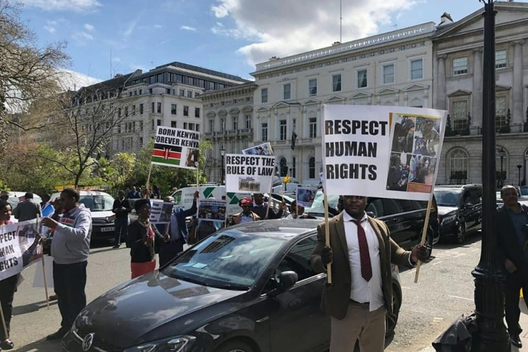 Kenyans in London Openly Show their Differences as President Kenyatta Leaves Chatham House [VIDEO]