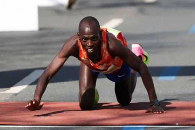 Kenyan Runner Collapses Near Finish Line at a Marathon in Germany, Crawls to Win Silver [VIDEO]
